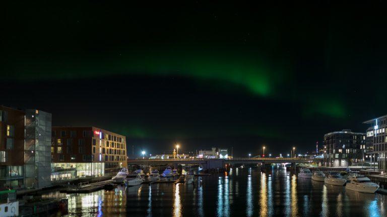 Nordlicht über Trondheim – Hersteller: NIKON CORPORATION | Kamera: NIKON D850 |  | Brennweite: 25mm | Verschlusszeit: 4/5 | Blende: f/2.8 | ISO: 1000
